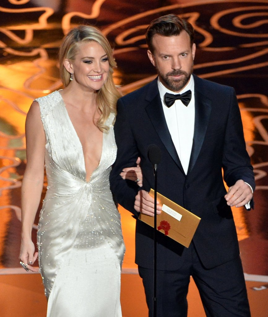 Kate-Hudson-Jason-Sudeikis-walked-arm-arm